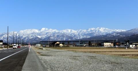 CIMG1875立山と駅舎-1